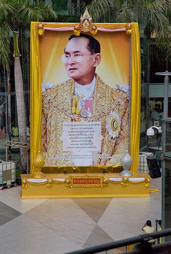 König Bhumibol - ein Geburtstagsschrein