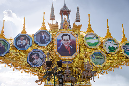 König Bhumibol - Tor auf der Straße