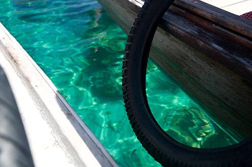 Zwischen zwei Booten sieht man Korallen im Wasser