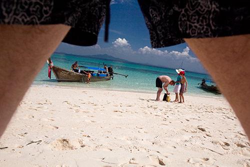 Strand, unter meinen Beinen hindurch gesehen